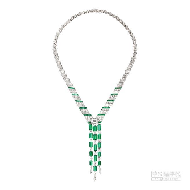 卡地亞Resonances系列Lofoi祖母綠鑽石項鍊,以多種切割之祖母綠、鑽石,描繪出如瀑布沿頸傾瀉而下的韻律感,鑲嵌15顆共重24.57克拉之阿富汗祖母綠與一顆5.53克拉之祖母綠式切割鑽石,約9800萬元。(卡地亞提供)