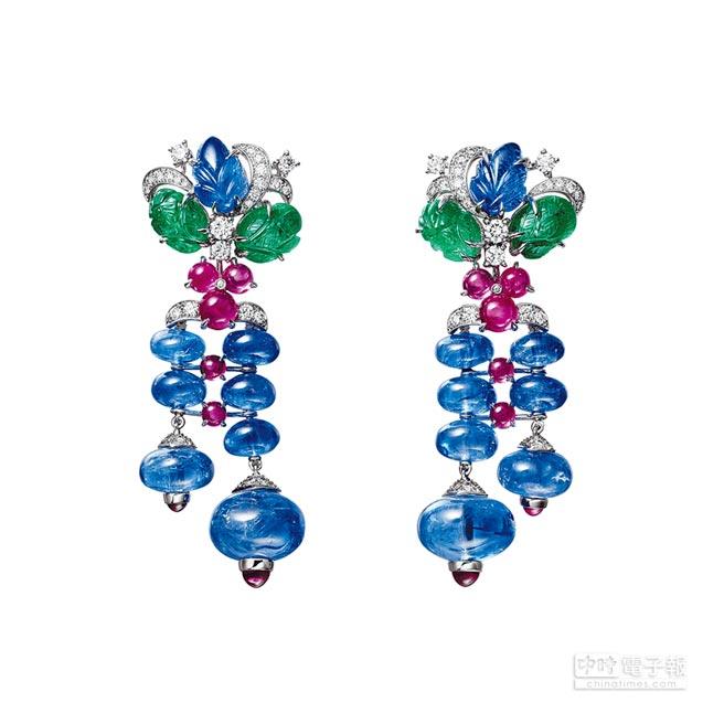 卡地亞Resonances系列Sambhal Tutti Frutti耳環,以鉑金、藍寶石、雕刻祖母綠等寶石,演繹品牌經典的「水果錦囊」風格,約1400萬元。(卡地亞提供)