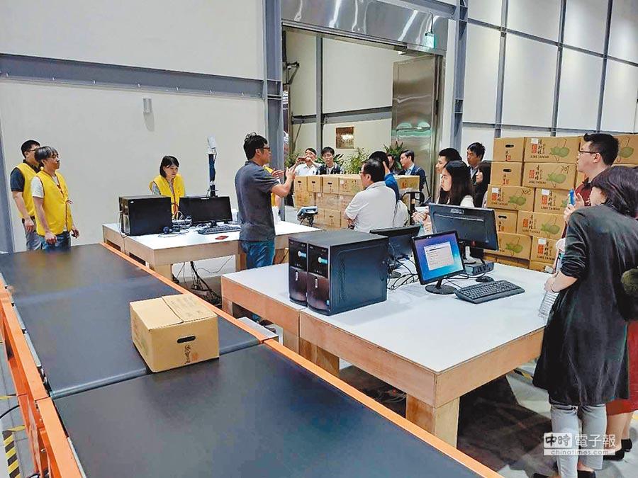 眾多台商參訪海外倉首次以電商模式向大陸發貨。(平潭兩岸海外倉提供)