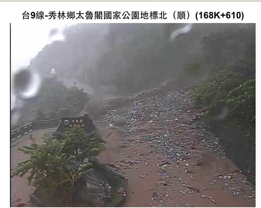 台9線蘇花公路168.5公里處下午5時許發生大規模坍方,目前雙向交通中斷。(張祈翻攝)
