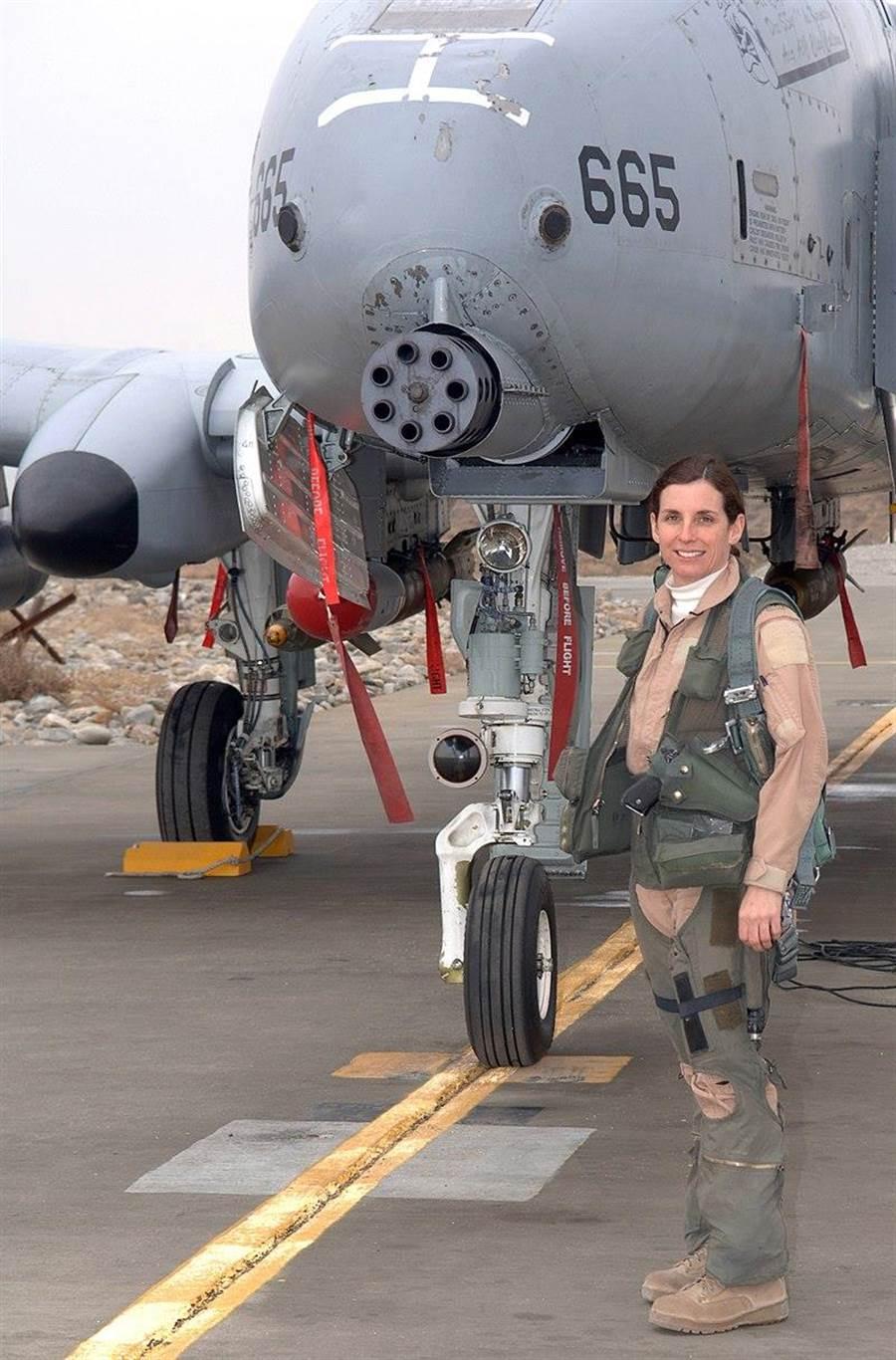 美國國會議員瑪莎麥克薩利曾經是A-10飛行員,在1993年的伊拉克禁航區任務時,成為美國空軍史上第一個駕駛作戰飛機進入敵區的女性飛行員。(圖/美國空軍)