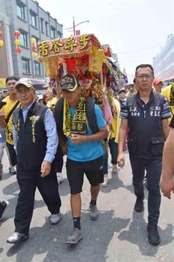 孝子里長為母還願 揹媽祖虎爺徒步半個台灣