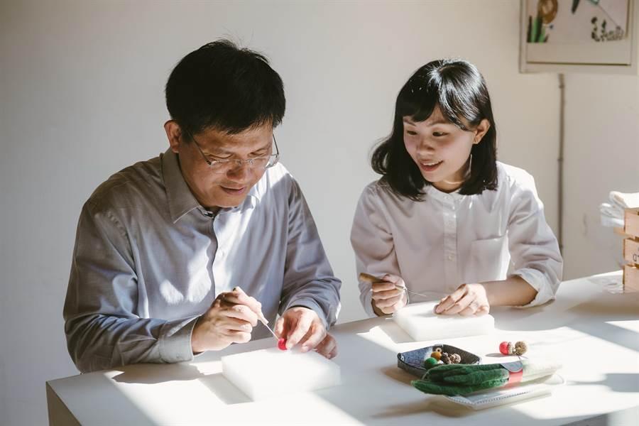 台中市長林佳龍日前曾到訪光復新村,向林郁青學習羊毛氈做法。(盧金足攝)