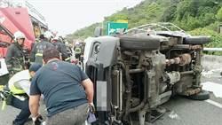 小貨車自撞側翻  2人命危送醫