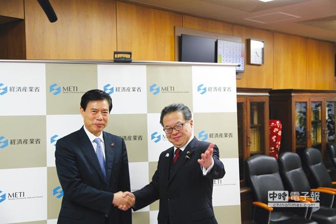 中國商務部部長鍾山(左)在日本東京會見日本經濟產業大臣世耕弘成(右)。圖/中新社