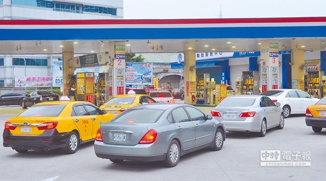 受中東地緣政治緊張影響,導致市場擔心供貨可能吃緊,國際油價呈現大漲走勢,中油宣布,國內汽、柴油價格16日起各調漲0.6元,創40個月新高。為了減少開銷,不少駕駛人提前開車去加油,加油站內車輛明顯增加。(劉宗龍攝)