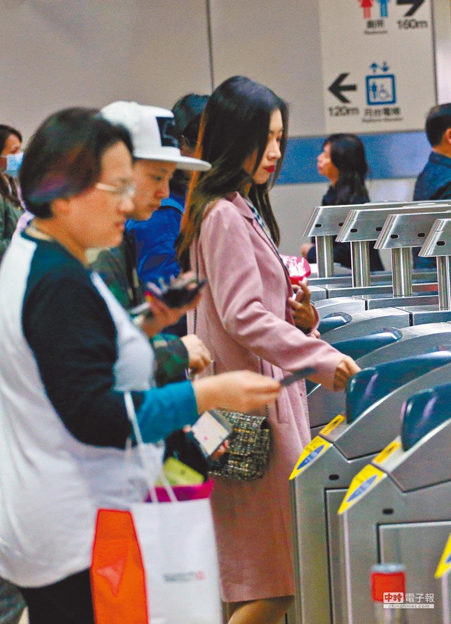 雙北市推出1280元定期月票今上路,30天內無限次搭乘捷運及雙北公車,或租借台北市Youbike前30分鐘免費。(本報資料照片)