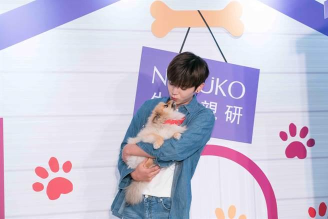 畢書盡疼愛愛犬「公主」。(NARUKO提供)