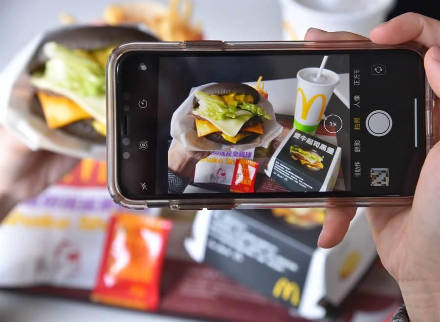 為迎合新年代外食族的消費習慣,麥當勞明(18)日起陸續推出吸睛的「雙牛起司黑堡」及「辣醬脆雞紅堡」,企業以搶眼視覺引燃消費者的拍照魂。(圖/麥當勞)