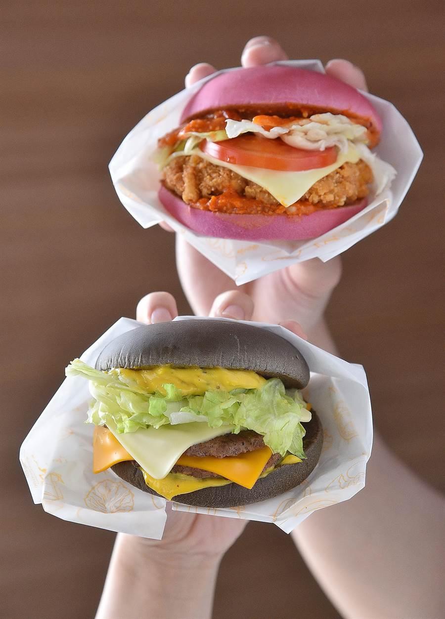 麥當勞明(18)日起陸續推出滋味濃郁厚實的「雙牛起司黑堡」,以及口味層次豐富的「辣醬脆雞紅堡」,並標榜新品是「為打卡而生」。(圖/麥當勞)
