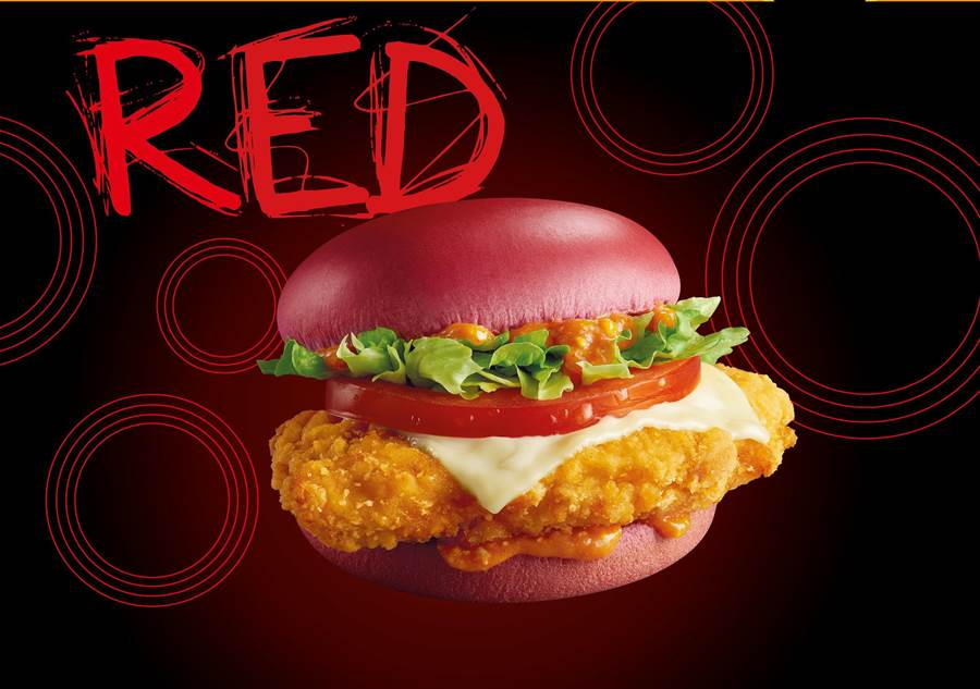 麥當勞5月2日登場的「辣醬脆雞紅堡」,標榜選用天然甜菜根麵包,搭配酥炸去骨雞腿肉,淋上特製西班牙辣醬。(圖/麥當勞)