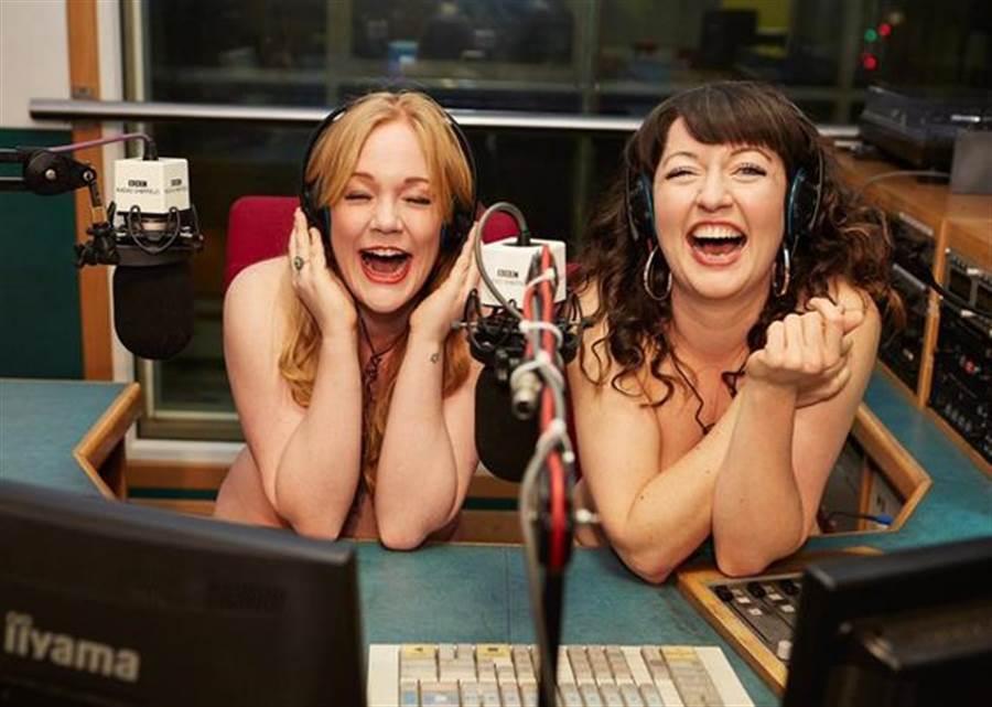 尺度超大!BBC女記者全裸主持 來賓也要光溜溜(圖/翻攝自Jenny Eells推特)