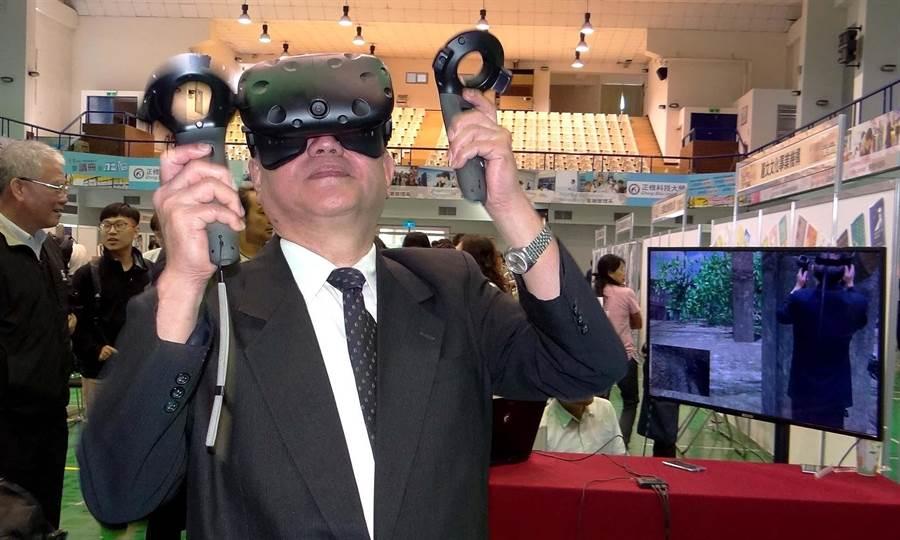 正修科大校長龔瑞璋體驗VR虛擬實境。(林雅惠攝)