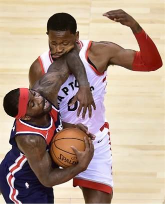 NBA》遭對手肘擊 邁爾斯臉部變形好痛啊!