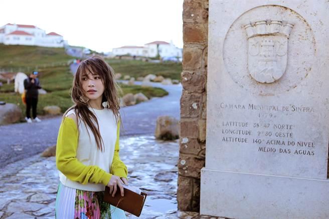 梁文音在葡萄牙「世界的盡頭」羅卡角,頗有感觸。(環球國際唱片提供)