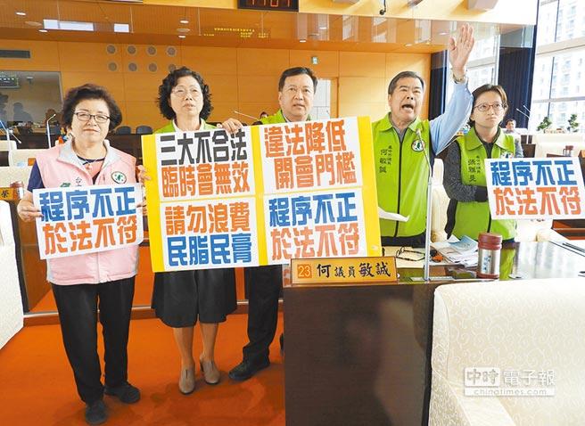 民進黨市議員何敏誠(右二)等人,抗議市議會「三大不合法、臨時會無效!」程序不正、於法不符。