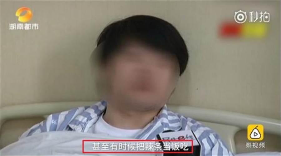 林男把重口味的零食當飯吃,沒想到吃到腸穿孔,險為此送命。(圖/ 翻攝自《梨視頻》影片)