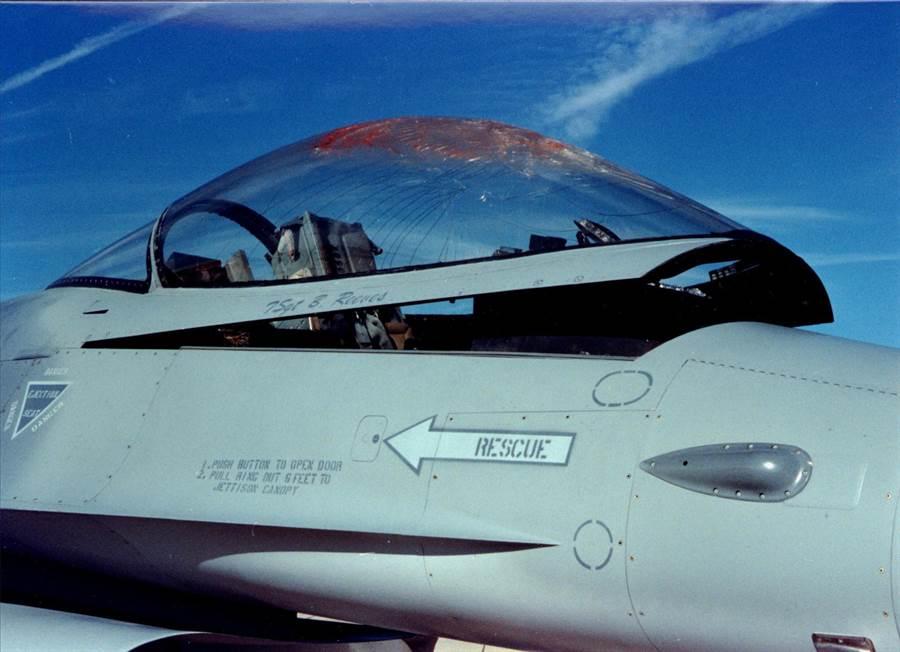 一架美國F-16戰機遭鳥擊後,座艙罩破裂的資料照。(美國空軍作戰司令部)