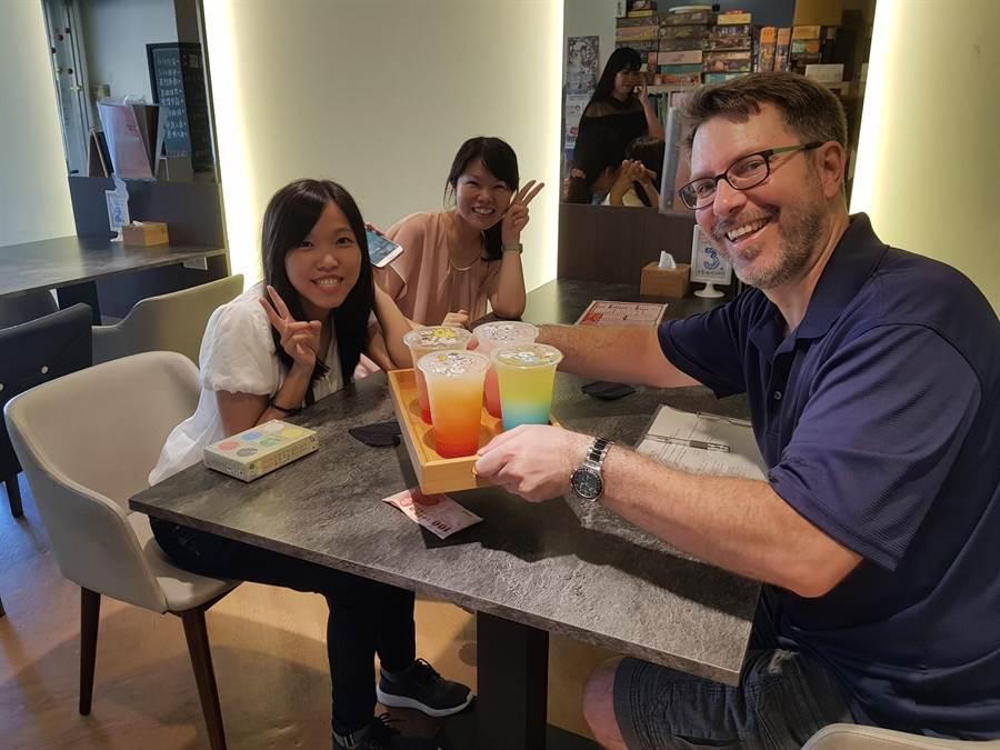 推動英語為第二官方語言政策主軸為「營造英語友善城市」,希望每一個人都要能夠「說一點英語」,讓台南的美食、古蹟、文化以及濃濃人情味能夠吸引國際目光,進而躍升成為國際城市。(二官辦提供)
