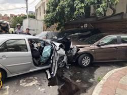 下坡失速衝撞路邊2車  女駕駛左腿骨折