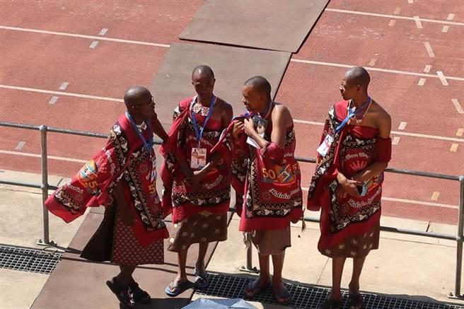 史瓦濟蘭傳統服飾工作人員。(曾薏蘋攝)