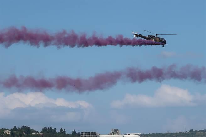 史瓦濟蘭雙慶典看表演,空中、中空一樣精彩。(曾薏蘋攝)