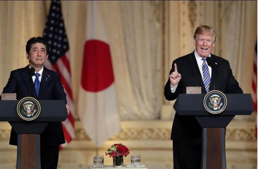 美國總統川普(圖右)與日本首相安倍晉三(圖左)舉行聯合記者會。(圖/美聯社)