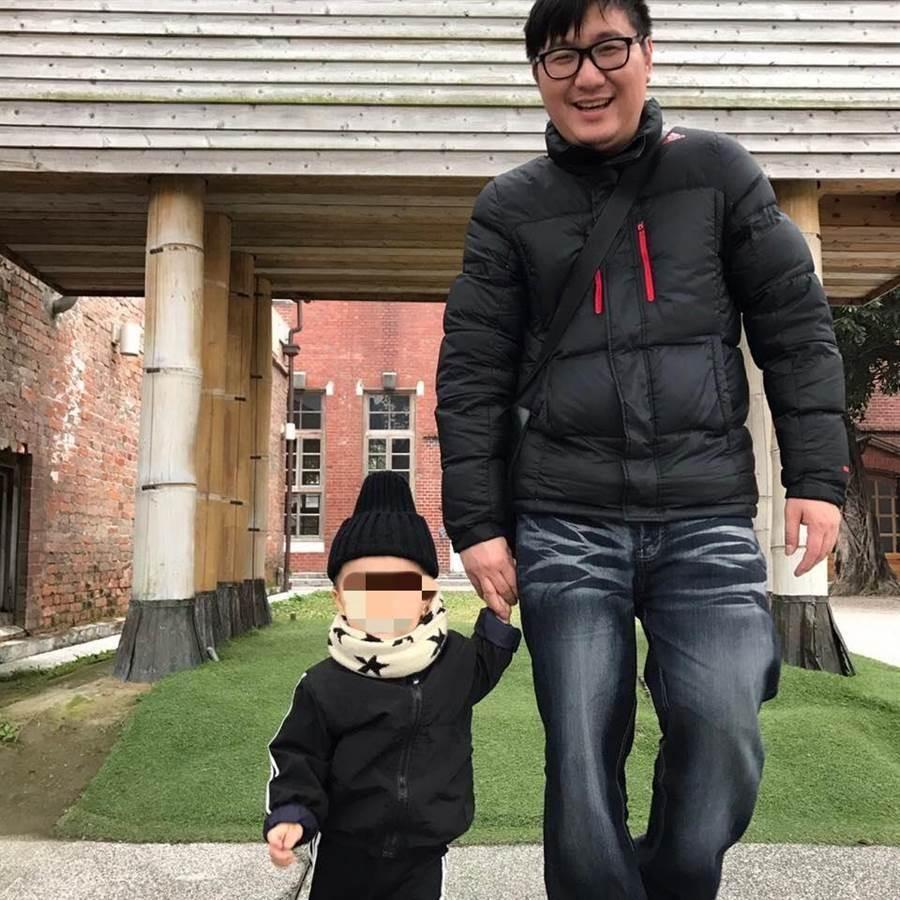 瑞芳警分局偵查隊偵查佐賴柏瑞遭基隆地檢署以涉嫌收賄35萬元約談,今(19)日凌晨4時許被檢察官以20萬元諭令交保,臉書照片上流露他與兒子的父子情深。(翻攝自臉書)
