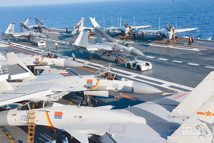 殲-15艦載戰鬥機和多型艦載直升機布滿遼寧艦甲板,大陸官媒形容「畫面震撼」。(新華社)