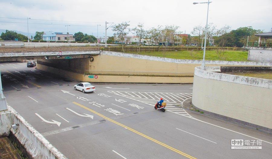 位於鐵路下方的吉安鄉干城地下道多達8個出入口,常造成民眾誤闖或逆向行駛。(許家寧攝)
