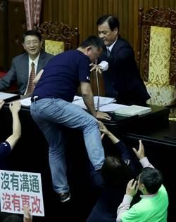 影》直擊!民進黨拚軍人年改 藍委跳上主席台 蘇嘉全動手推人