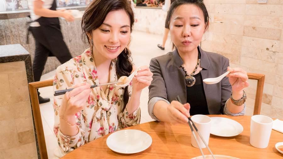 田中麗奈接受呂雪鳳招待,大讚鼎泰豐小籠包好吃。(華映提供)