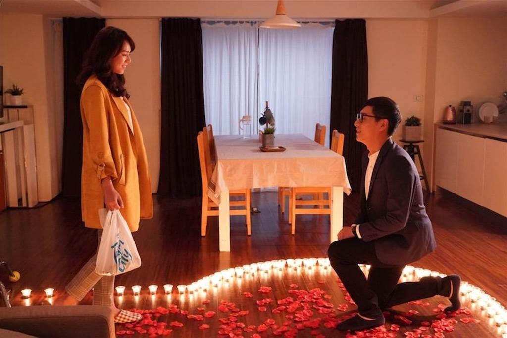 鄭人碩劇中求婚。(民視提供)