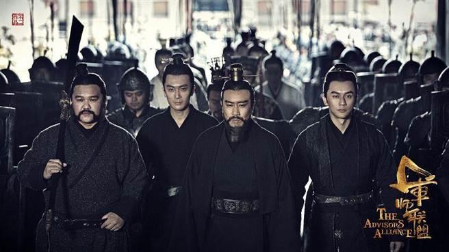 陸思宇(左二)。(緯來提供)