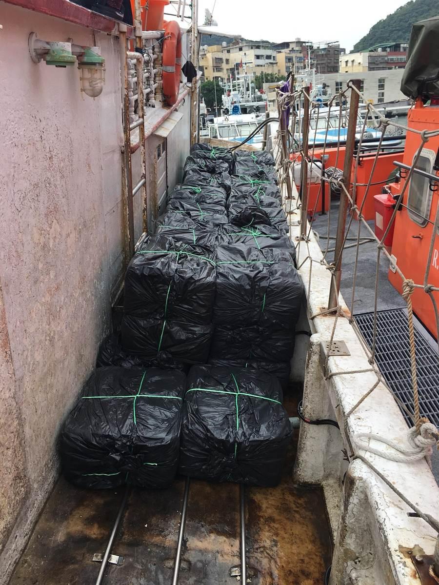 海巡署第二巡防區昨(20)日深夜在新北瑞芳外海查獲昇豐號漁船,將300箱走私香菸裝進黑袋子,不加任何掩飾,公然放在船外甲板上,立馬被海巡人員人贓俱獲。(李其樺翻攝)