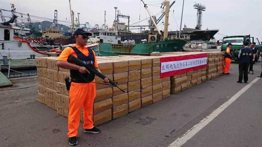 海巡人員共查獲300箱私菸,1箱約有500包,都是都寶、D&B牌子未稅香菸,總數達15萬包,市價粗估逾900萬元。(李其樺翻攝)