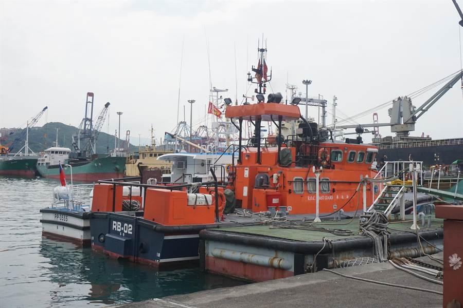 基隆海巡隊昨晚駕駛「RB-02」航艇前往攔查,果然成功攔截走私香菸的深澳籍漁船。(李其樺攝)