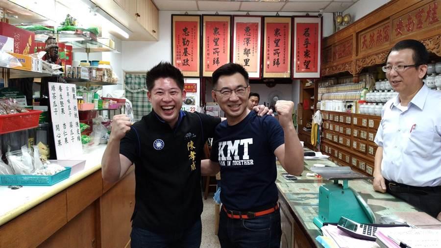 國民黨立委江啟臣(中)21日陪同台北市中正、萬華區市議員參選人陳孝威(左)掃街拜票,兩人還尬起伏地挺身。(陳孝威提供)
