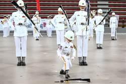 北市樂儀旗舞觀摩表演 6歲小禮兵向杰恩萌度爆表