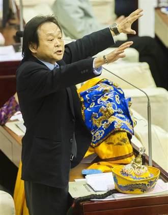 綠議員送龍袍給韓國瑜 網嘲諷:世堅用過的梗