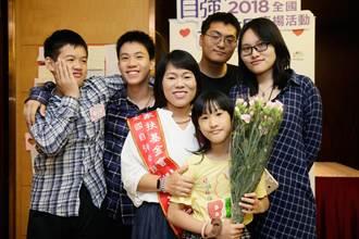 劉淑雲靠賣蔥油餅獨自撫養7子女 獲「自強母親表揚」