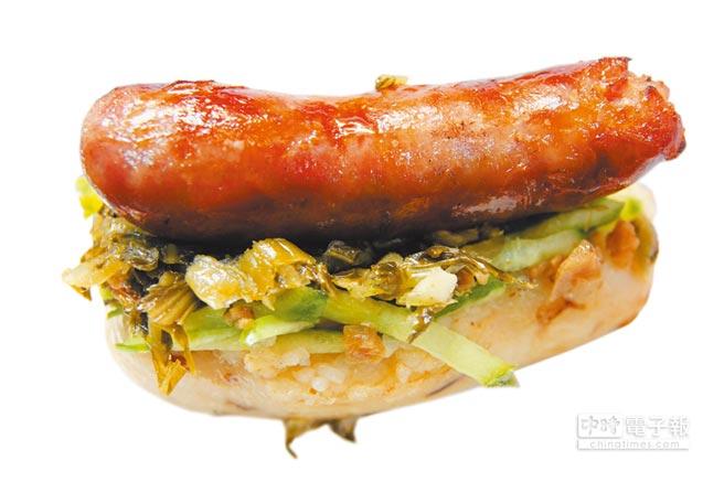「胡記大腸包小腸」使用自家相傳1甲子豬肉攤灌製的香腸,更添美味。(陳淑芬攝)