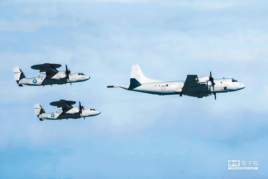 P-3C反潛機(前)與2架E-2K預警機,混合編成三角隊形。(軍聞社)