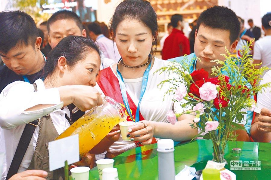 鮮活果汁位於大陸國際展會上,消費者試喝產品。(鮮活果汁網站)