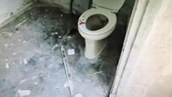 有夠衰! 老翁正在嗯嗯 竟被機車衝入廁所撞破頭
