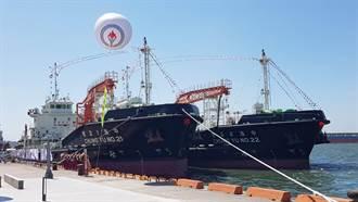 中油首創2艘電推油駁船 高雄港首航