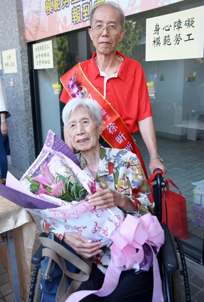 徐昕昕特地帶著母親接受屏縣府優良雇主表揚,同時感謝印尼看護工如莉對家人的付出。(林和生攝)