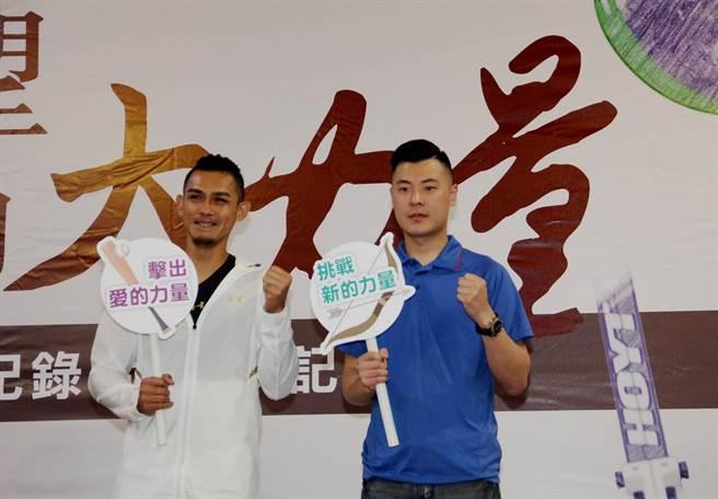 職棒球星張志豪(左)與射箭國手陳宥辰(右)為運動彩券加油。
