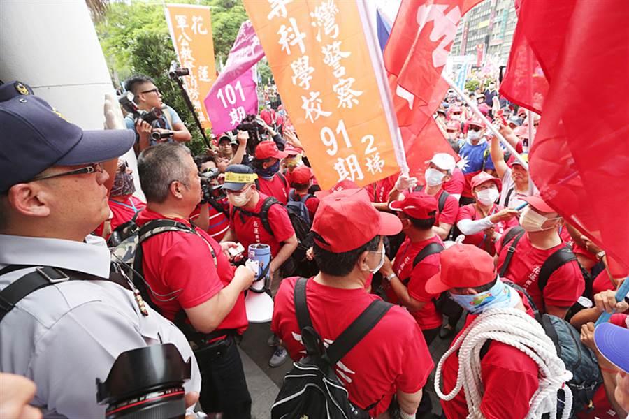 退休警消及退伍軍公教團體成員23日發起「警消不服從」遊行,抗議群眾聚集在監察院前,揮舞旗幟、呼口號,現場警力戒備待命。中央社記者吳家昇攝 107年4月23日