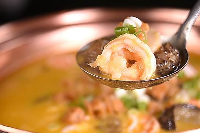 內有鮮蝦、海參、小芋頭和油條的〈金湯養生鍋〉,湯質醇厚稠滑,說的是王正金兒時的故事。(攝影/姚舜)